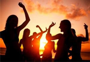 Inspiring_women_sunset_beach