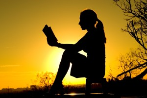 woman_reading_sunset